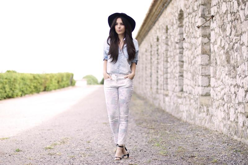 pantalon fleurs, chemise jean