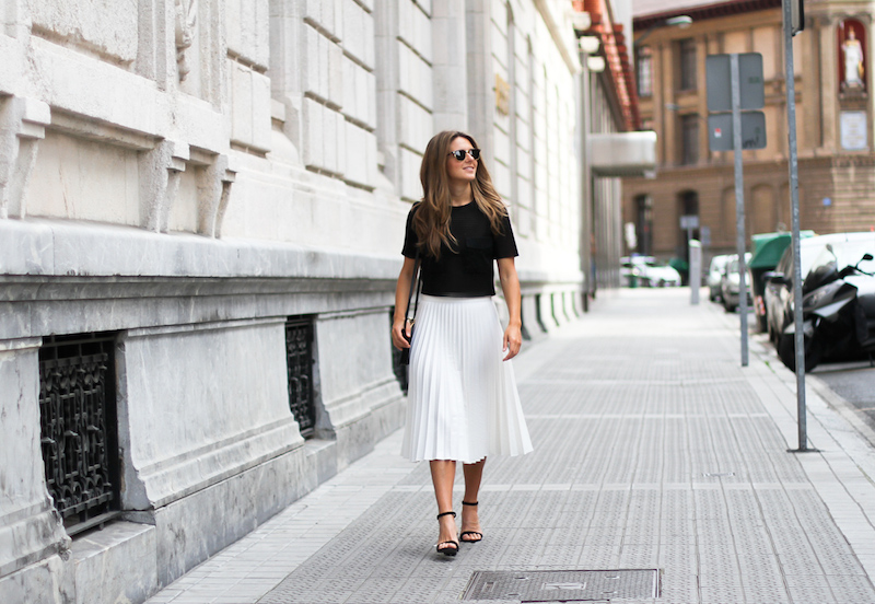 Clochet_Outfit_Streetstyle_zara_white_pleated_skirt_studio_cropped_top_-13