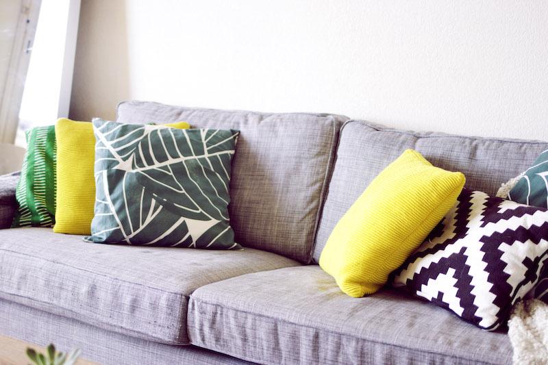 canapé gris et coussins couleurs
