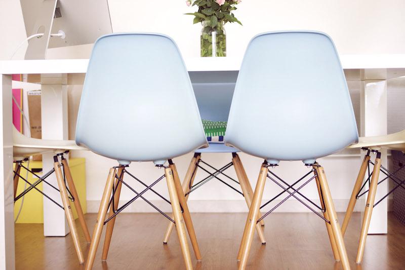 chaises eames bleues