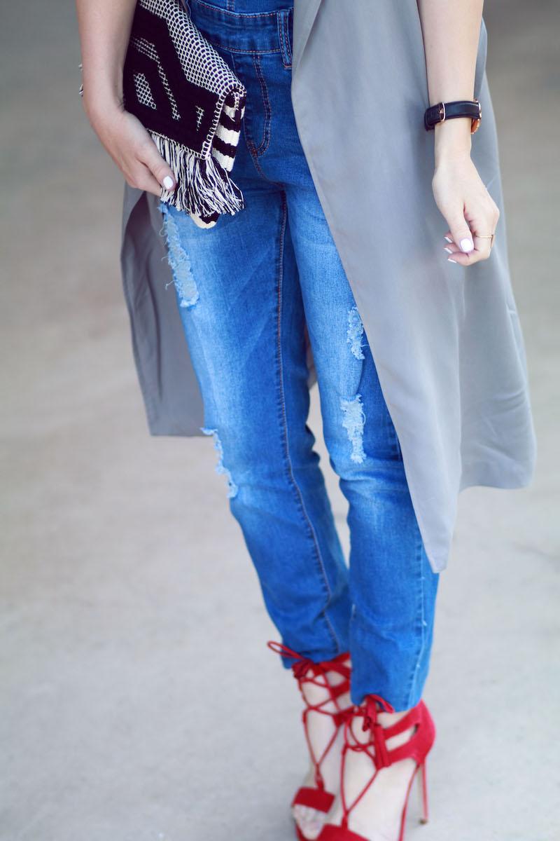 salopette jean et sandales talons rouges