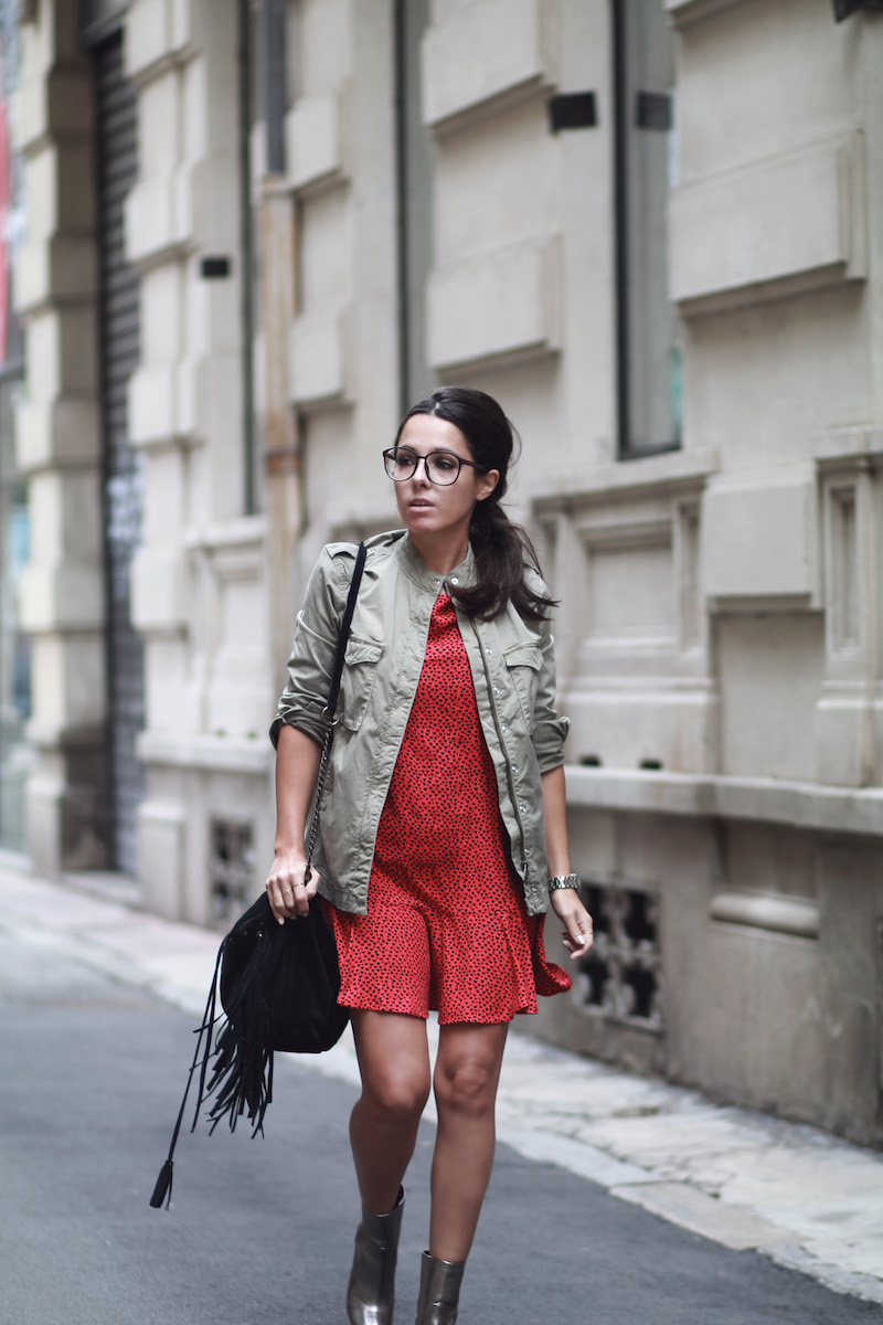 comment-porter-veste-kaki-robe-rouge