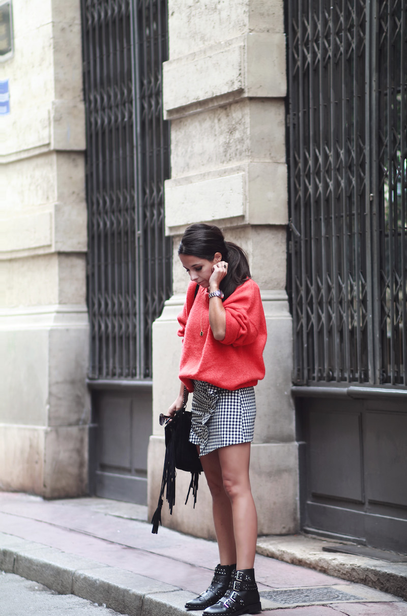 idee-look-jupe-vichy-pull-rouge-bottines-rock-clous
