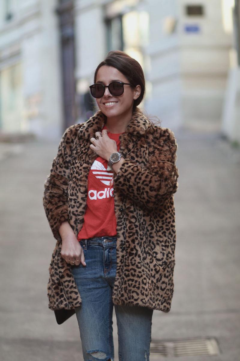look-manteau-leopard-t-shirt-adidas