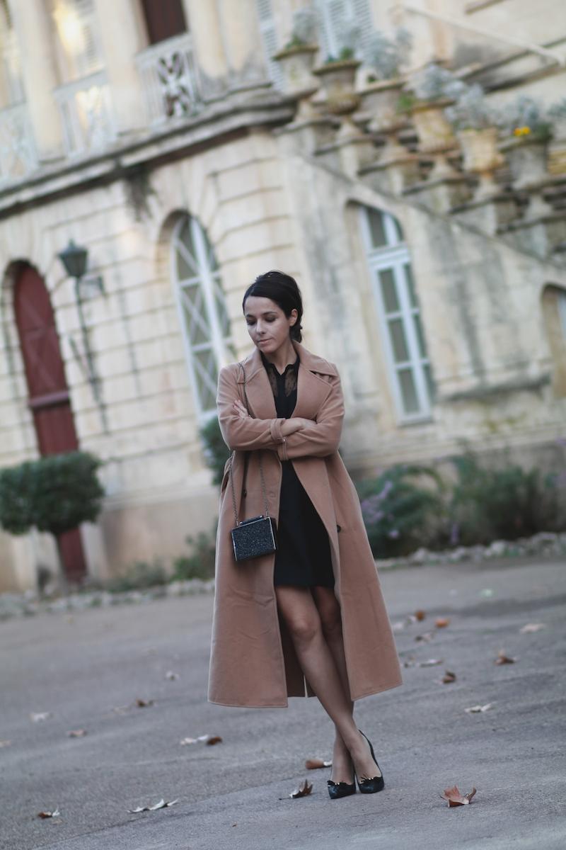 tenue-fetes-robe-noire-manteau-camel