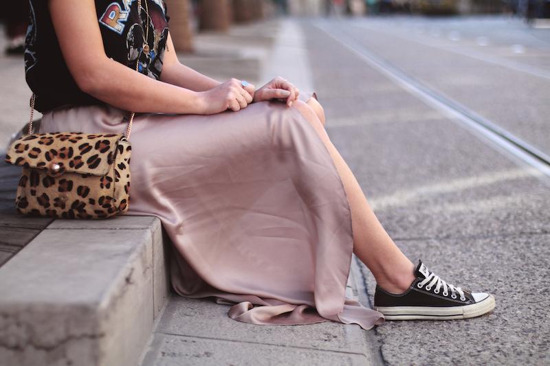 comment-porter-jupe-rose-longue-satin