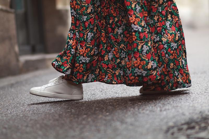 longue-robe-fleurs-baskets